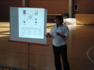 La responsabile regionale Minibasket Valeria Puglisi, illustra una slide ai corsisti