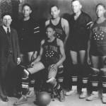 Abe Saperstain (a sinistra) con uno dei primi quintetti dei Globetrotters.
