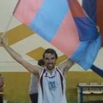 Enrico Famà con il bandierone del Paternò dopo la vittoria sul Gad Etna (Basket Catanese)