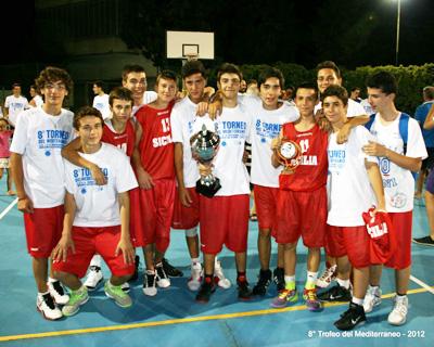 La formazione della Sicilia U14 con la coppa del secondo posto