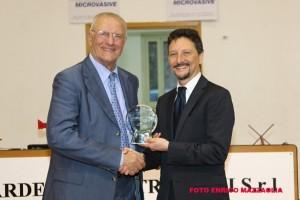 Santi Puglisi premiato da Antonio Rescifina (foto Enrico Mazzaglia)