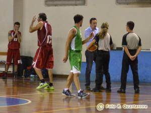 Gli arbitri hanno appena espulso Grasso e Castiglione mostra le sue rimostranze (foto R. Quartarone)