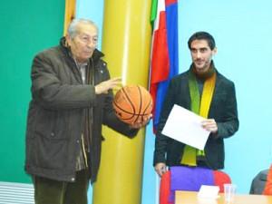 Emanuele Grosso presenta Alfio Licciardello, già cestista negli anni cinquanta (foto Gaetano Pellegrino)