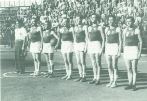 La Nazionale universitaria italiana di basket, schierata prima di un incontro con l'Ungheria; Vittorio Gassman è il terzo da destra, con la canotta numero 10 (da Arceri, Il grande basket)