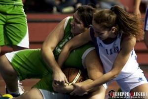 Giuliana La Manna contende un pallone a un'avversaria (foto Giuseppe Maugeri)