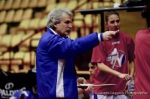 Enzo Porchi dà istruzioni, Melissari alle spalle (foto Giuseppe Lazzara)