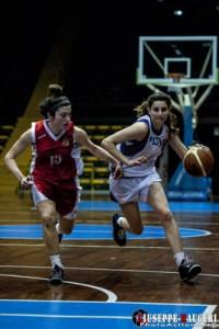 Gisel Villarruel limitata dalla difesa messinese (foto G. Maugeri)