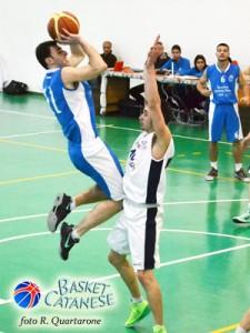 Carmelo Ettaro salta di fronte a Barbera (foto R. Quartarone)