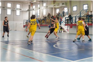 Un'azione della squadra giarrese (in maglia blu) sul parquet di Vasto (foto Centro TT Pall. Giarre)