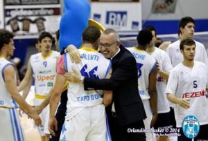 Foti abbraccia Valenti dopo una partita dei quarti (foto © J. Pappalardo - Orlandina Basket)