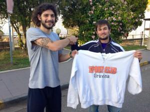 Marco Consoli torna al Gravina: la stretta di mano con Gianluca Spina (foto S.C. Gravina@Facebook)