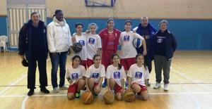 La Rainbow Catania ha iniziato il campionato di Under-13 femminile. In piedi: il dirigente Greco, l'allenatrice Seino, Arcoria, Cocina, Vasta, Giacobbe, il dirigente Famoso e l'allenatrice Di Piazza; accosciate Leone, Pennisi, Palamidessi, Greco (foto U.S. Rainbow Catania).