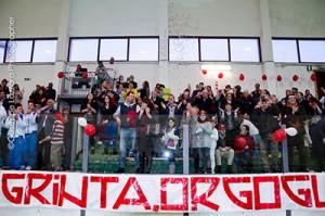 La tribunetta del Gravina festeggia la promozione (foto G. Lazzara)