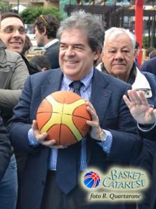 Il sindaco Enzo Bianco in posa con il pallone (foto R. Quartarone)