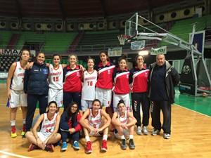 La formazione Under-16 della Rainbow Catania dello scorso anno, con Famoso accompagnatore a destra