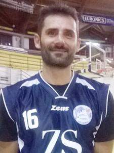 Gigi Russo con la nuova maglia del Basket School