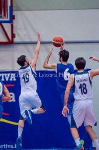 Licciardello difende su Calò (foto G. Lazzara)