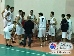 Un time out durante Aci Bonaccorsi-Invicta (foto R. Quartarone)