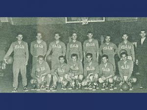 Una formazione della Nazionale del '52, con Tracuzzi allenatore (in piedi all'estrema destra); Giorgio Bongiovanni è il secondo da destra tra gli accosciati.
