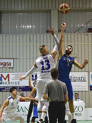 Enzo Santonocito contende il salto a due a Darío André